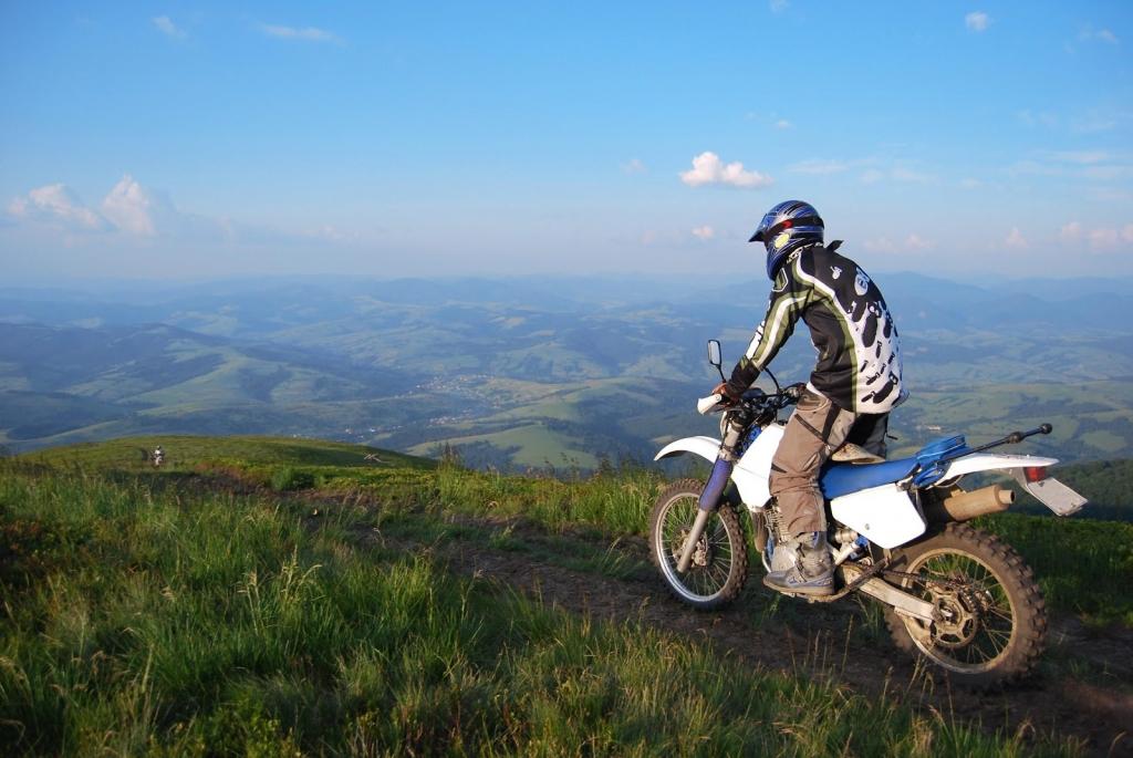 Chcete vyraziť do terénu? Obujte na svoj motocykel poriadne pneumatiky!