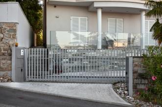 Je plotová brána s motorizáciou výhodnejšia